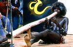 De Australiërs doen nu pogingen om de Aboriginals te helpen, die zij ooit, lang geleden, hebben gediscrimineerd.