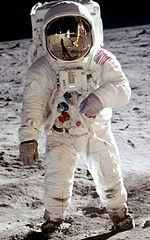 Im 20. Jahrhundert kam die Technologie so weit voran, dass eine Person auf dem Mond landen konnte.