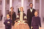 Een tentoonstelling gewijd aan Abraham Lincoln en zijn familie in de Lincoln Bibliotheek. Booth is op de achtergrond te zien bij het kijken naar de president...