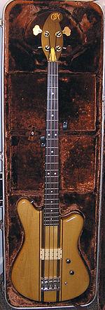 Eine Bassgitarre in ihrem gepolsterten Koffer. Die beiden Knöpfe auf der Vorderseite dienen zur Steuerung der Lautstärke (Lautheit oder Weichheit) und des Tons des Basses.