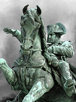 Статуя в Шербур-Октевиле, открытая Наполеоном III в 1858 году. Наполеон I усилил оборону города, чтобы предотвратить вторжения британских военно-морских сил.