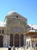 Toegang tot de gebedshal van de Grote Moskee van Damascus, gebouwd door kalief Al-Walid I.