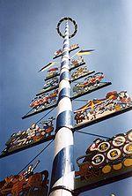 Een meiboom die symbool staat voor 1 mei, de Dag van de Arbeid, in Duitsland.