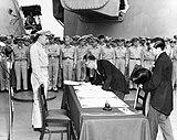 De Japanse minister van buitenlandse zaken Mamoru Shigemitsu ondertekent de overgave op de USS Missouri op 2 september 1945