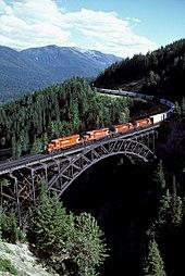Tovorni vlak družbe CPR, ki vozi proti vzhodu, na mostu Stoney Creek Bridge, ki se spušča s prelaza Rogers