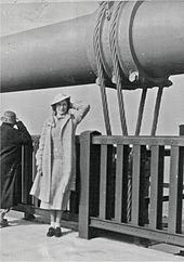 Een burger poseert op de openingsdag van de Golden Gate Bridge in San Francisco op 27 mei 1937.