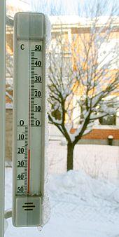Ein Thermometer, kalibriert in Grad Celsius. Wasser gefriert bei 0 °C (32 °F) und siedet bei 100 °C (212 °F).