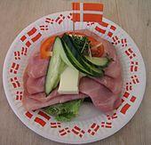 Датский открытый сэндвич (smørrebrød) на темном ржаном хлебе. Популярный продукт питания в Дании.