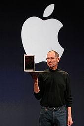 Steve Jobs met een MacBook Air tijdens de keynote in 2008.