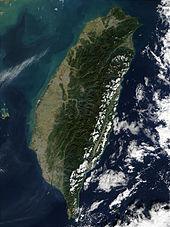 Taiwan ist im Osten überwiegend gebirgig, mit sanft abfallenden Ebenen im Westen. Die Penghu-Inseln liegen westlich der Hauptinsel.