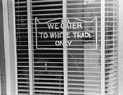 Een pro-segregatie (segregatie) bord op een restaurant in Lancaster, Ohio, in 1938. Het was duidelijk dat alleen blanken hier konden eten, terwijl zwarten en oosterlingen er niet gewenst waren.