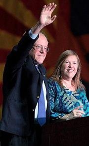 Sanders s manželkou Jane O'Mearaovou ve Phoenixu, Arizona, březen 2016