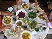 Cazuela chilena e saladas sortidas.