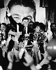 Zvolený guvernér Reagan s manželkou Nancy na oslavě svého zvolení guvernérem v Los Angeles v roce 1968.