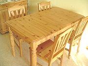 Een tafel en stoelen