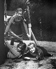 Groothertoginnen Tatiana, staande, Maria en Anastasia spelen op een schommel in 1908. Hoffelijkheid: Beinecke Bibliotheek.