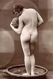 Badende vrouw . Foto van rond 1900.