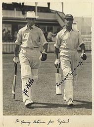 Hobbs e Sutcliffe saindo para lutar contra a Austrália, Brisbane 1928