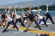 Vliegdek gymnastiek oefeningen aan boord van USS Bonhomme Richard.