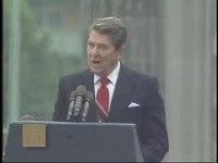 """Přehrávání médií Reagan promlouvá u Braniborské brány u Berlínské zdi a vyzývá Gorbačova, aby """"zboural tuto zeď""""."""