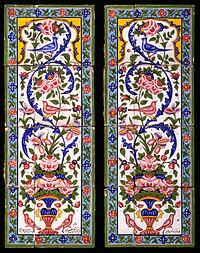 Twee panelen van aardewerktegels beschilderd met polychroom glazuur over een wit glazuur