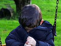 Een jongetje kijkt verdrietig
