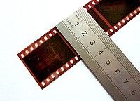 """135 film. De film is 35 mm breed. Elk beeld is 36 x 24 mm in het meest voorkomende """"full-frame"""" formaat (soms ook """"double-frame"""" genoemd vanwege de relatie met het """"single frame"""" 35 mm filmformaat)."""