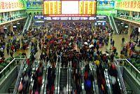 Jarní cestujúci na železničnej stanici v Pekingu (2009)