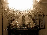 Domáci oltár vyzdobený na sviatok Tet 2007.
