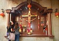 Kríž v katolíckom kostole v Binonde vyzdobený na čínsky nový rok na Filipínach (2014)