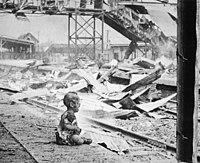 """Fotografija """"krvave sobote"""", na kateri je otrok jokal na južni železniški postaji po japonskem bombardiranju Šanghaja ( 1937)"""