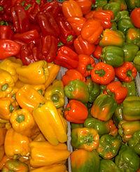Groene, gele en rode paprika's