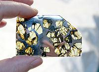 Esquel schijfje. Het is een steen-ijzer meteoriet, type pallasiet