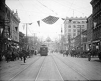Fayetteville Street in de jaren 1910. Het North Carolina State Capitol is op de achtergrond te zien...