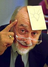 Arthur Fry, wynalazca karteczki Post-it, z karteczką na czole z rysunkiem żarówki