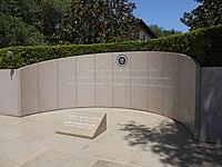 Reaganovi jsou pohřbeni v hrobce v prezidentské knihovně Ronalda Reagana.