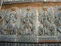 Reliefskulptur der Tempelwandtafel im Hoysaleswara-Tempel in Halebidu, die die Trimurti darstellt: Brahma, Shiva und Vishnu.
