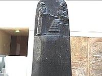 Detail van Hammurabi's stele laat hem zien dat hij de wetten van Babylon ontvangt van de zittende zonnegod.