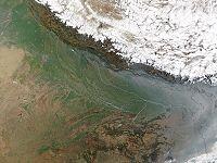 De Noordelijke Gangesvlakte van India, Bangladesh en Nepal. De rivier de Ganges stroomt midden door de vlakten.