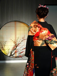 De vrouw die de traditionele Kimono draagt (Furisode)