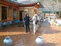 Kórejčania hrajúci tuho počas osláv nového roka v roku 2005.