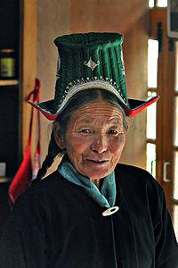 伝統的な服を着たラダキーの女性。