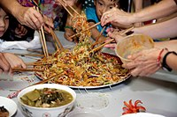 """Yusheng, jedlo z rýb a rezancov, ktoré v čínštine znie ako """"Veľa dobrých vecí prichádza"""", sa v Malajzii konzumuje tak, že sa vyhodí vysoko do vzduchu."""
