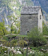 襲われやすい血の争いに巻き込まれた男たちの避難所として使われていた要塞の塔。アルバニア北部のテティ。