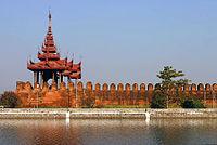 Een toren in de muren van het Mandalay Palace.