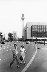 Marx-Engels-Platz en het Palast der Republik in Oost-Berlijn in de zomer van 1989. De Fernsehturm (TV-toren) is zichtbaar op de achtergrond.