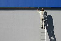 Het schilderen van de buitenkant van een gebouw
