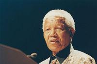Mandela geeft een toespraak in het Peacock Theatre in Londen, Engeland, april 2000.