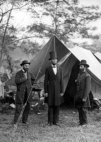O Presidente Lincoln, o General John A. McClernand e o espymaster da União Allan Pinkerton no campo de batalha de Antietam logo após a batalha.