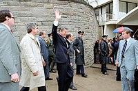 Reagan kráčí ke své limuzíně chvíli předtím, než ho zastřelil John Hinckley